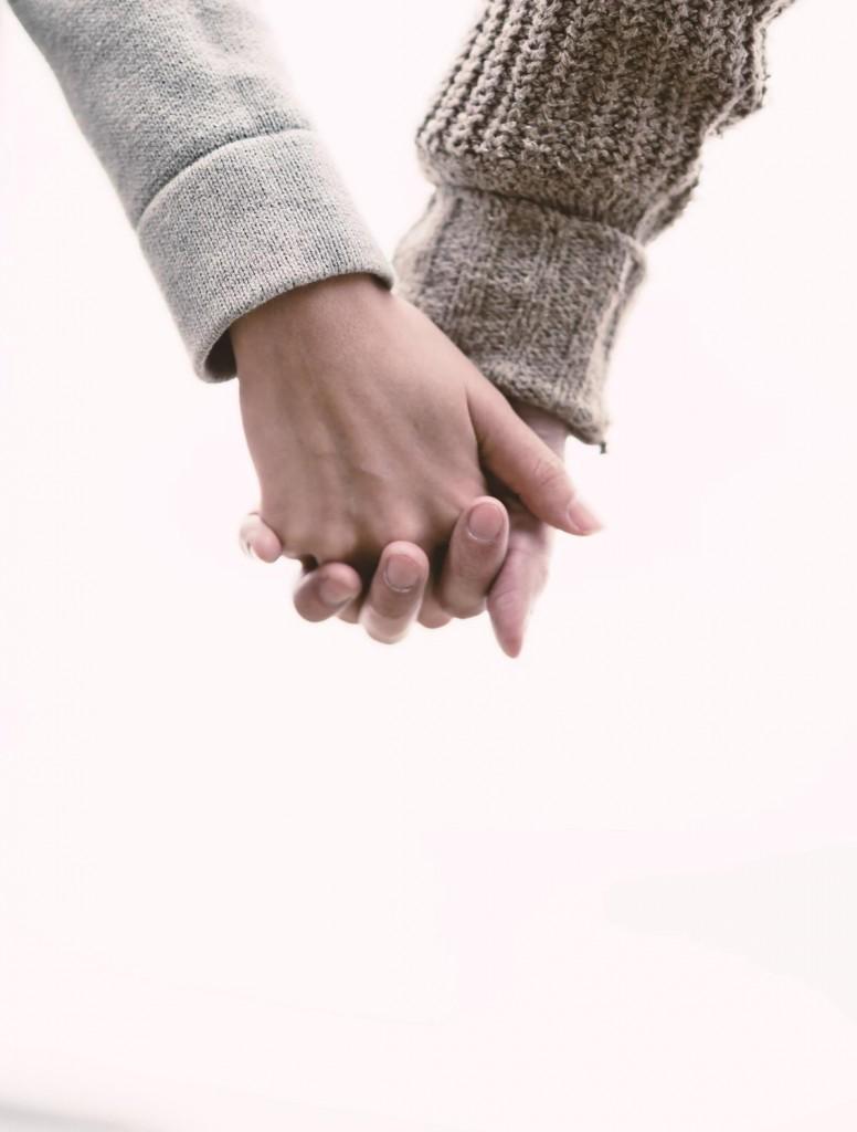 恋人と手をつなぐ(Love握り)