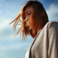 女性の抜け毛はどうしたら良いの?誰にも言えない髪の悩みを解決!